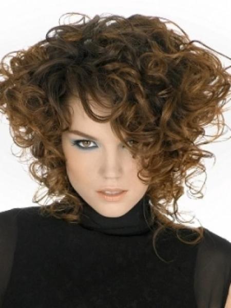 Каре на вьющихся волосах выглядит модно и романтично