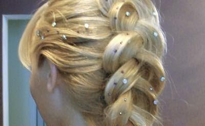 Нарядная коса-колос с обычными недорогими стразами.