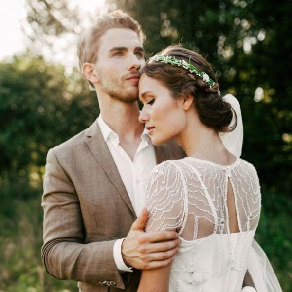 pricheski-na-svadbu-na-srednie-volosy-foto_18