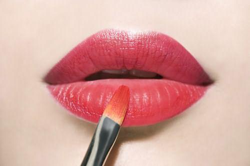 Для того, чтобы губы сияли, необходимо нанести на центральную их часть немного блеска.