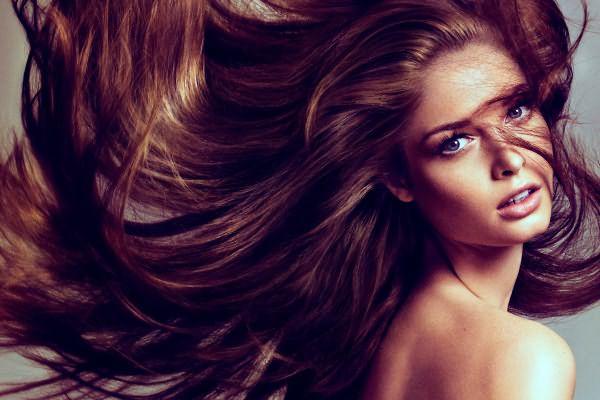 Для натуральных брюнеток и шатенок покраска волос кофе является самым безопасным и несложным методом придать шевелюре соблазнительный оттенок