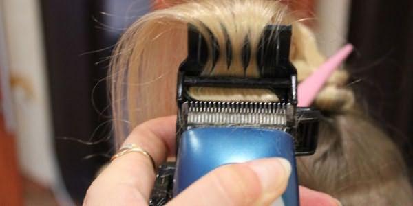 Мастер проводит полировку волос машинкой