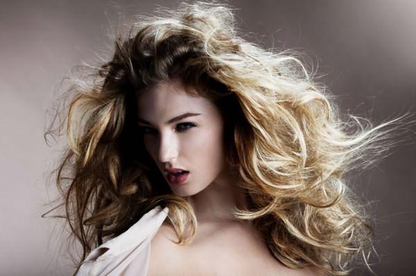 Уксусные ополаскивания можно применять на волосах любого типа