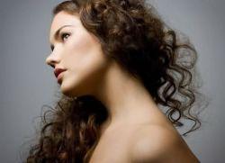 Красиво подстриженные и уложены вьющиеся локоны