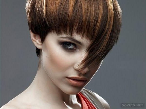 фото: стрижки на короткие волосы с гладкой челкой