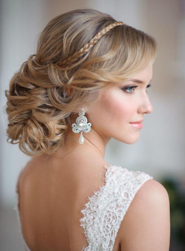 Легкий начес завитков средней длины просто необходим при тонких волосках.