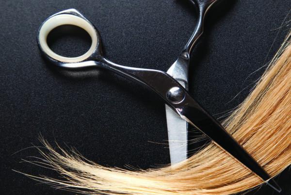 Острые ножницы правильно и четко состригают края.