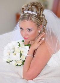 Свадебные прически с диадемой 8