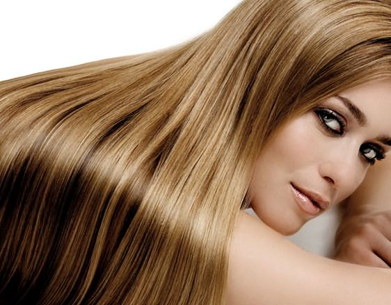 Блестящие окрашенные волосы выглядят ухожено и привлекательно